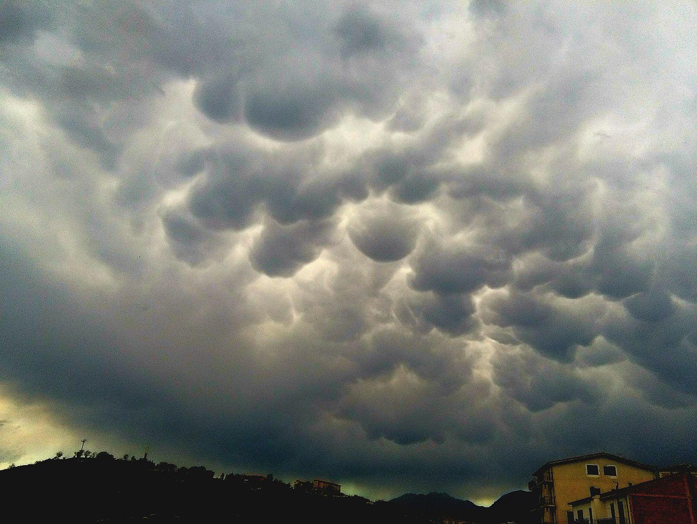 Martedì di maltempo sulla Calabria con rovesci e temporali. Mercoledì migliorerà ma non ovunque.