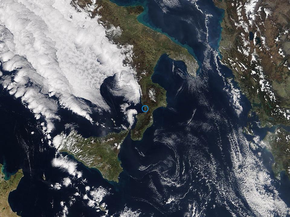 Persiste l'alta pressione: tempo stabile con nubi sparse sul Tirreno.